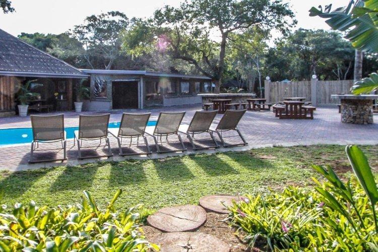 ezulwini game lodge zwembad met ligstoelen.jpg