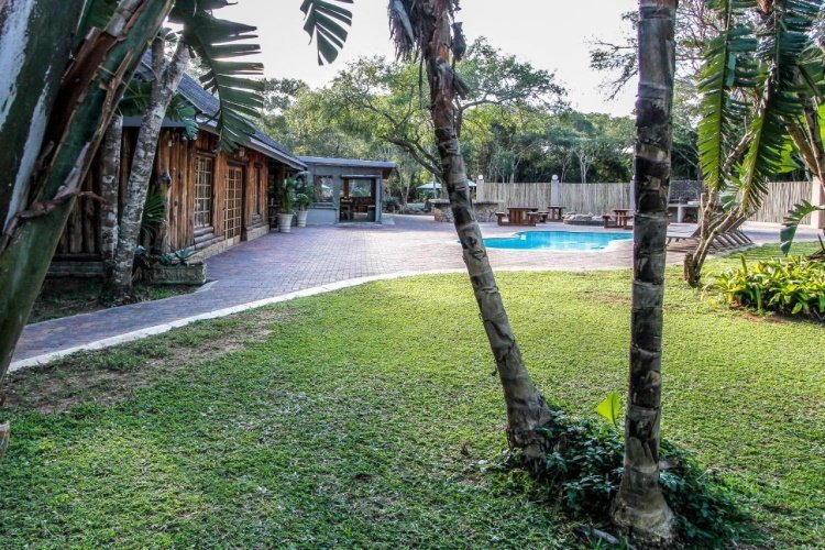 ezulwini game lodge tuin met zwembad.jpg
