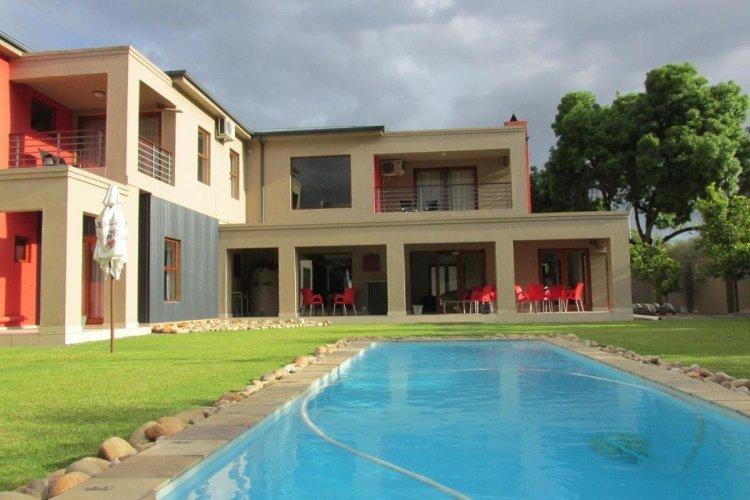 karoo sun boutique guest house tuin met zwembad.jpg