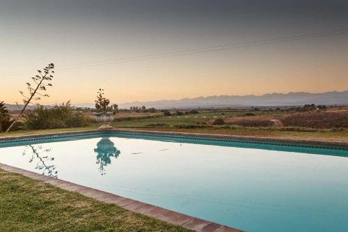 De Denne Guest House zwembad met uitzicht op omgeving