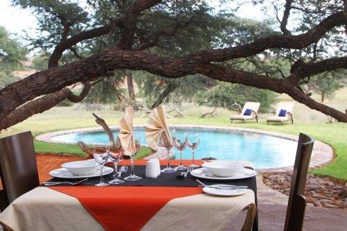 Camelthorn Kalahari Lodge eten bij zwembad