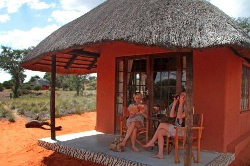 Camelthorn Kalahari Lodge zitje buiten rondavel