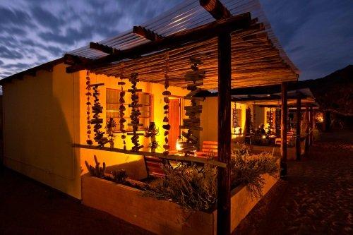 Namtib Desert Lodge kamer buiten in de avond