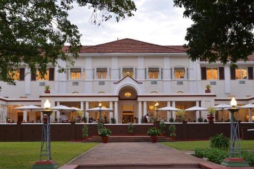 Victoria Falls Hotel buitenkant vanaf tuin
