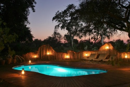 Pom Pom Camp zwembad avond